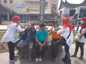 Atasi Kabut Asap, Pasukan GBIM dan DM Gelar Aksi Bagi-Bagi Masker dan Vitamin di Jam Gadang Bukit Tinggi, Selasa, 24 September 2019.