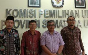 Ketua Dewan Pimpinan Cabang (DPC) Gabungnya Wartawan Indonesia (GWI) Kepulauan Nias, Sumatera Utara, Loózaro Zebua bersama KPU Provinsi Sumut.
