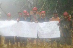 Berusaha Pertahankan Hutan Adatnya, Warga Sabuai Maluku Malah Dijerat Hukum. Foto: Warga Sabuai saat menggelar aksi protes dengan berbagai alat peraga. (Istimewa).