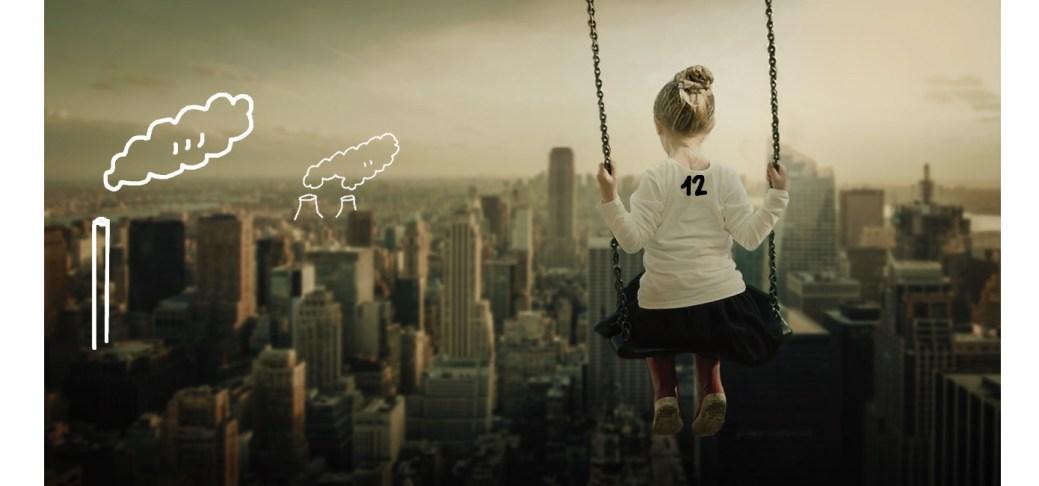 Ein Kind mit der Aufschrift 12 schwingt auf einer Schaukel über einer Stadt.