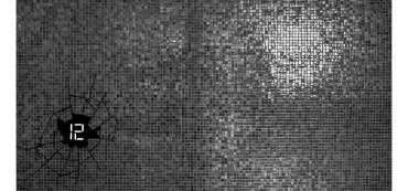 Eine geließte Wand, die in der linken unteren Ecke gesprungen ist und die Zahl Nummer 12 zeigt.