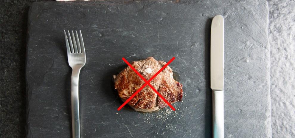 Ein Steak auf einem Teller. Es wäre schöner, wenn es Tofu wäre.