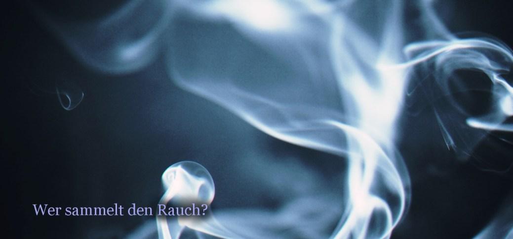 Formloser bläulicher Rauch vor schwarzem Hintergrund.