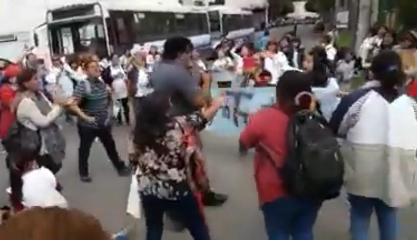 [VIDEOS] DOCENTES AUTOCONVOCADOS ECHARON A LOS GRITOS A FAMOSO POLÍTICO