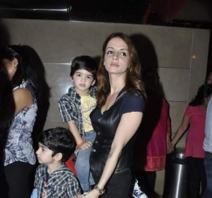 Hrehaan and Hridaan Hrithik Roshan With Mom Suzzane