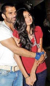 सुनील शेट्टी के साथ अथिया।