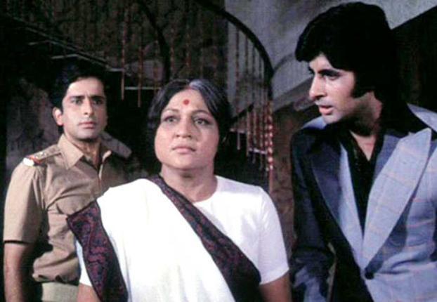 निरूपा रॉय: हिंदी सिनेमा के लगभग हर सुपर स्टार की मां का रोल निभाया है निरूपा रॉय ने, लेकिन सबसे यादगार क़िरदार दीवार में अमिताभ बच्चन और शशि कपूर की मां का है। तीनों पर फ़िल्माया गया वो सीन, जिसमें शशि कपूर कहते हैं- मेरे पास मां है, हिंदी सिनेमा का आइकॉनिक सीन है।