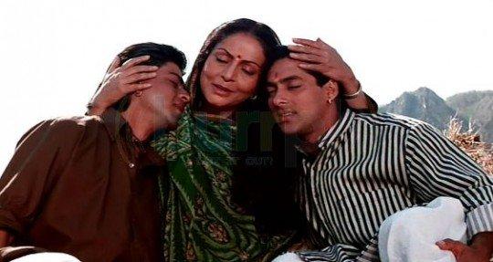 राखी: राखी ने यूं तो कई फ़िल्मों में मां के रोल निभाए, लेकिन सबसे यादगार है करण-अर्जुन में मां को रोल। अपमान सहे, ज़ुल्मों-सितम सहे, लेकिन बदला लेने की तड़प ने मां के संघर्ष को जारी रखा। शाह रूख ख़ान और सलमान ख़ान के रहते हुए राखी ने अपने अभिनय से अलग छाप छोड़ी।