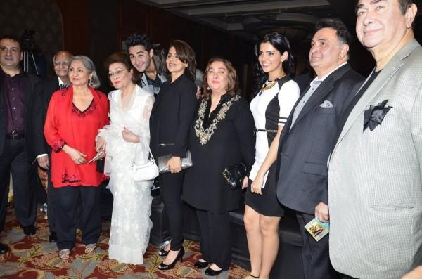 बाएं से कृष्णा राज कपूर (सफ़ेद साड़ी में), अरमान जैन, नीतू सिंह, रीमा जैन, दीक्षा सेठ, ऋषि कपूर, रणधीर कपूर, राजीव कपूर।