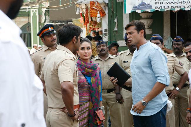 सिंघम रिटर्न्स की शूटिंग के दौरान करीना और अजय(बैक)।