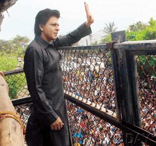 2013 में काले रंग के पठानी सूट में विश करने आये थे शाह रुख।