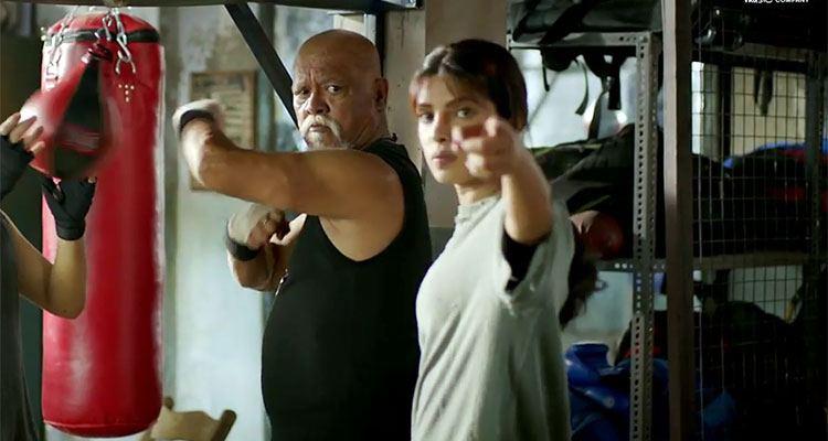 फ़िल्म के एक सीन में सुनील थापा के साथ प्रियंका।