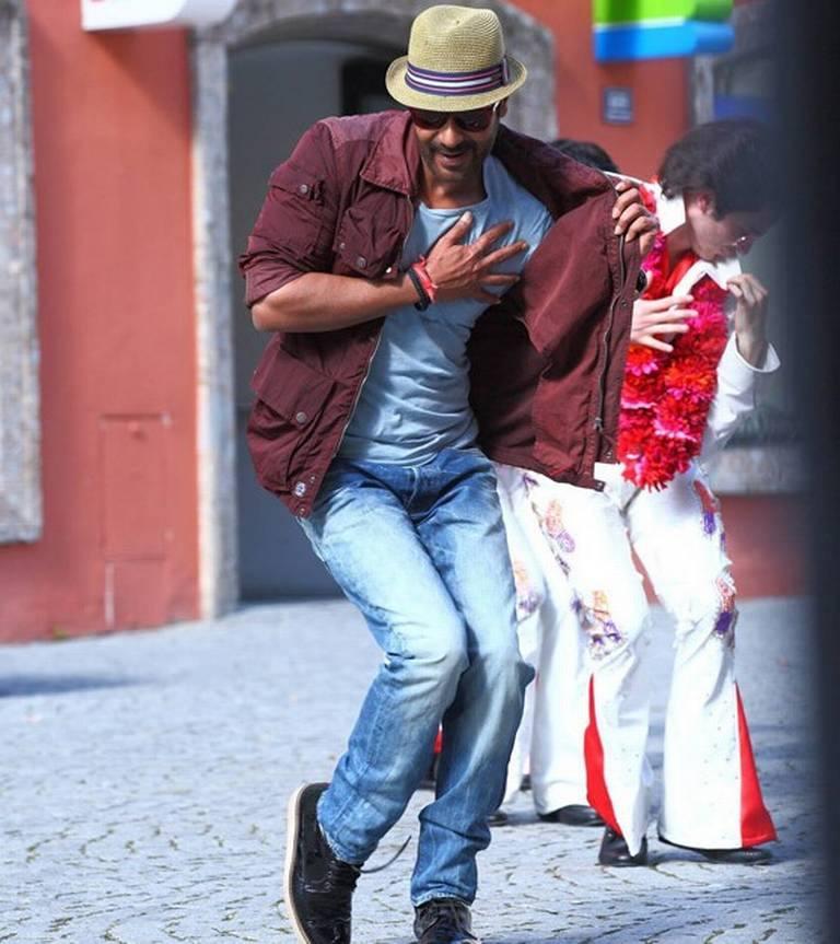 एक्शन जैक्सन में कुछ इस अंदाज़ में भी दिखाई देंगे अजय देवगन। फ़िल्म यूं तो एक्शन-ड्रामा है, लेकिन डायरेक्टर प्रभु देवा ने इसमें डांस का भी छौंका लगाया है। अजय का ये स्टेप यही बता रहा है। फ़िल्म में सोनाक्षी सिन्हा और यामि गौतम फीमेल लीड रोल में हैं। अजय डबल रोल में हैं, जबकि कुणाल रॉय कपूर सपोर्टिंग क़िरदार निभा रहे हैं।