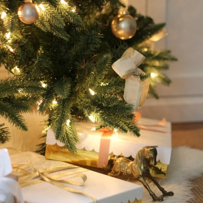Some Last Minute Tree Decorating & Gift Wrapping