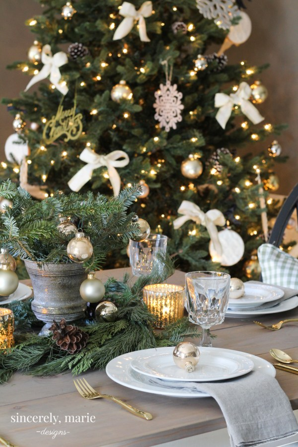 i love an elegant table but i also lean towards the simple this tablescape is extremely simple but is also an elegant christmas tablescape - Simple But Elegant Christmas Tree Decorations