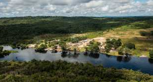 The village of Waro Apompu on the banks of Cururu River, a tributary of the Tapajos river, hosted the General Meeting of Munduruku people, which gathered 700 indigenous of 102 villages for five days. Health and Indigenous education were on the agenda, but the main issue was to preserve the way of life. The hydroelectric projects of the government for the region are understood as a threat. The defense strategy is surprising: inspired by the favorite animal of the Munduruku people, the tortoise.