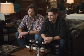 """Supernatural --""""Ladies Drink Free""""-- SN1216a_0224.jpg -- Pictured (L-R): Jared Padalecki as Sam and Jensen Ackles as Dean -- Photo: Diyah Pera/The CW -- © 2017 The CW Network, LLC. All Rights Reserved"""