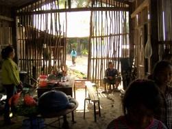 Laos - Muang Sing en bicicleta - Interior de una casa