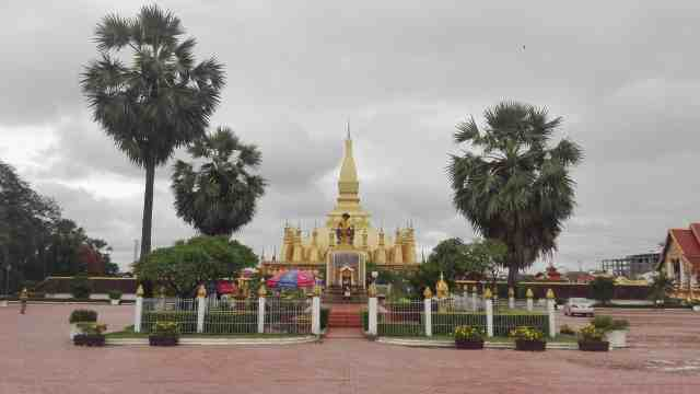 Laos Vientiane Visita a Pha That Luang 500x281 - The 3 best routes to visit Southeast Asia in one trip
