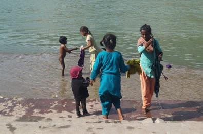 Rishikesh Niños en el Ganges - Viaje a Rishikesh: historia, dónde hospedarse y qué ver