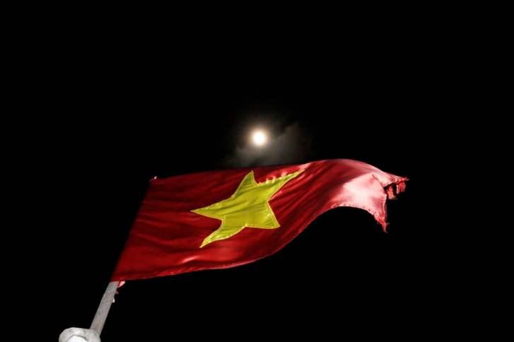 Vietnam Bahia de Halong Bandera de Vietnam 500x333 - Tips for Vietnam: what I learned in 1 month of travel
