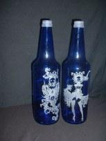 Frau auf blauer Flasche