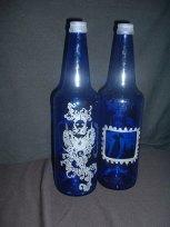 Frau auf blauer Benedikta Flasche