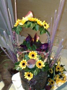 Giesskanne mit Blumen und Voegeln