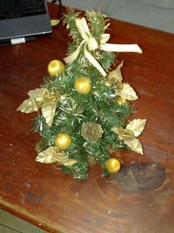 kleiner weihnachtsbaum in gold