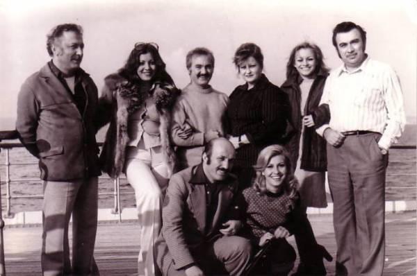 Arzu Okay ile bir film setinde toplu fotoğraf