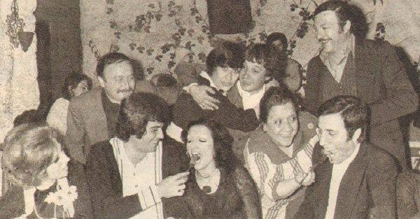 Kemal ve Gül Sunal çifti birinci evlilik yıldönümlerinde sanatçı dostları ile....1976