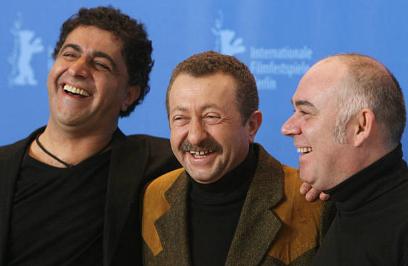 Takva filminin Berlin Film Festivali gösterimi; Özer Kızıltan oyuncular Erkan Can ve Güven Kıraç ile birlikte.