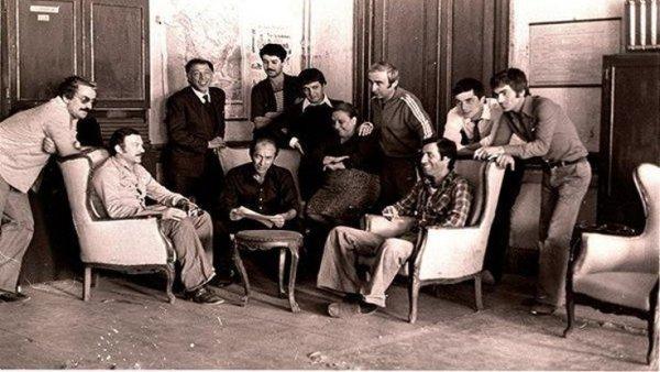 Hababam Sınıfı Uyanıyor çekimleri sırasında: Kartal Tibet, Ertem Eğilmez, Adile Naşit, Şener Şen, Kemal Sunal, Münir Özkul ve diğer öğrenciler ile birlikte kamera arkası bir kare