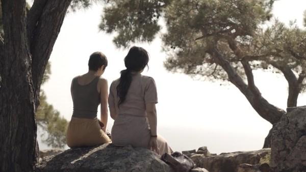 Ümit Ünal'ın sekizinci uzun metraj fimi Aşk, Büyü vs. Türk sinemasında defalarca işlenmiş farklı sosyoekonomik tabakadan iki aşığın zorluklarla dolu hikayesini, farklı bakış açısıyla ele alıyor.