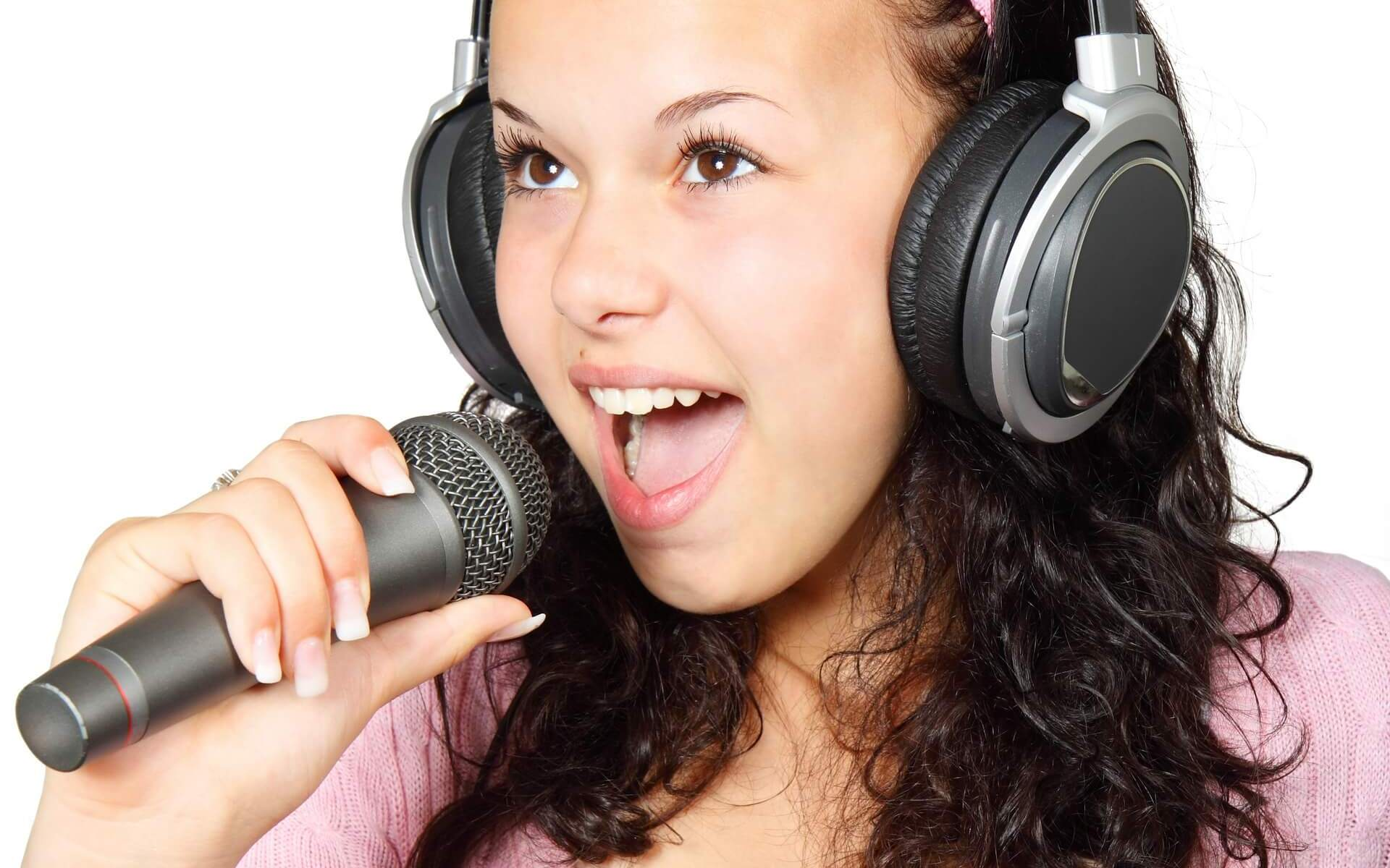 singing-classes-near-me-west-delhi-girl-with-microphone