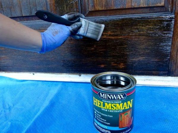 Varnish a wood door