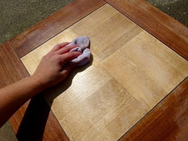 Clean the surface of a wood table