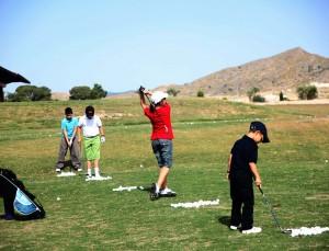 niños jugando al golf single life punto es