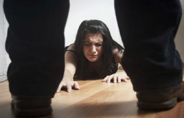 Cứ ba người phụ nữ đã lập gia đình, có một người từng bị chồng mình bạo hành