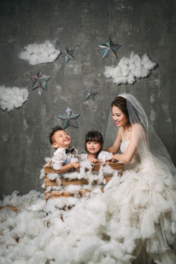 Bích Hằng tràn ngập hạnh phúc bên cô công chúa và chàng hoàng tử nhí đáng yêu.