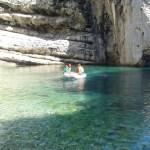Met onze dinghy in de cove op Vis, Kroaitë