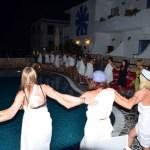 Tsirtaki dansen rond zwembad in Saronische golf, Greece
