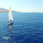 Onder volle zeil voor kust van Hydra, Greece