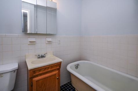 526 Bloomfield St apt bath