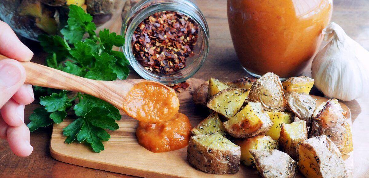 salsas veganas para patatas bravas