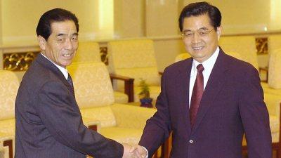 Pak Pong-ju meets Hu Jintao in 2005; photo via news.com.au