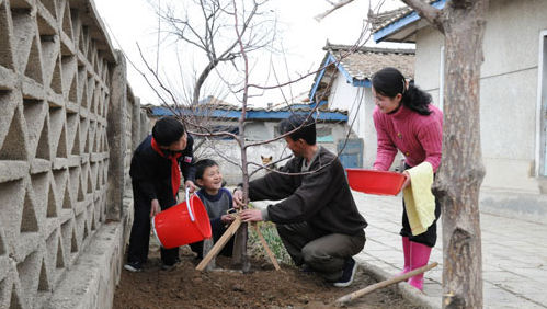 Ri Song-ryong and patriotic family in 2013 | Image: Rodong Sinmun