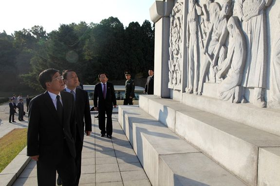 Chinese Ambassador to the DPRK Liu Hongcai examines the monument to the Chinese People's Volunteers in Pyongyang, September 30, 2014. | Image: Website of PRC Embassy in Pyongyang.