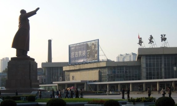 Dandong Railway Station. The gateway to North Korea is overlooked by a statue of Mao. | Image: Wikicommons