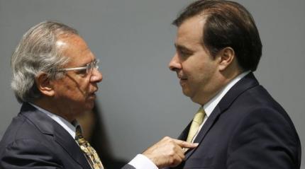 """Maia diz que Guedes é injusto e chama governo Bolsonaro de """"usina de crises"""""""
